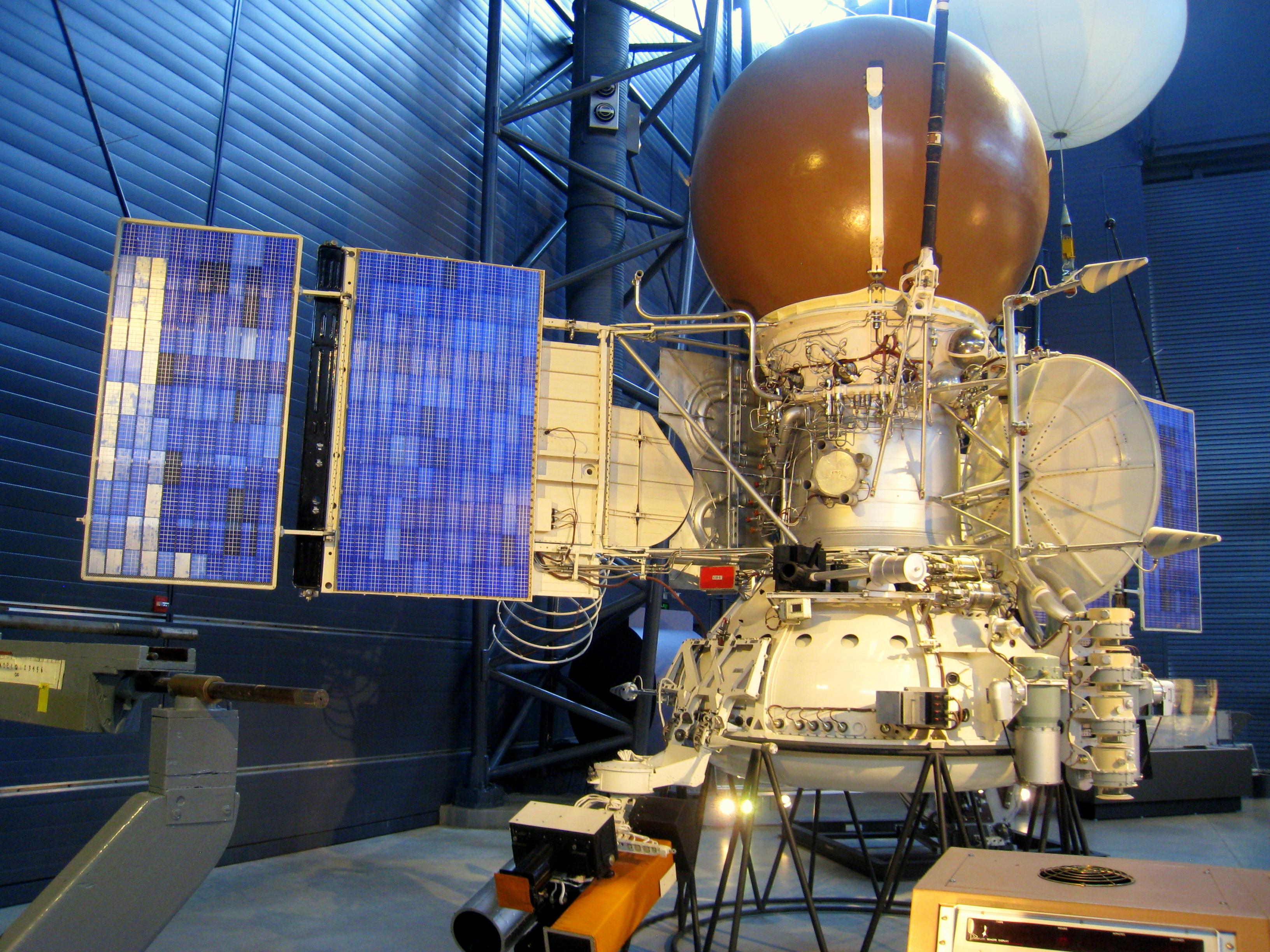 """Sukanka 35 metai, kai """" Vega – 1"""" ir """"Vega - 2"""" kosminiai laivai praskriejo pro Halio kometą..."""